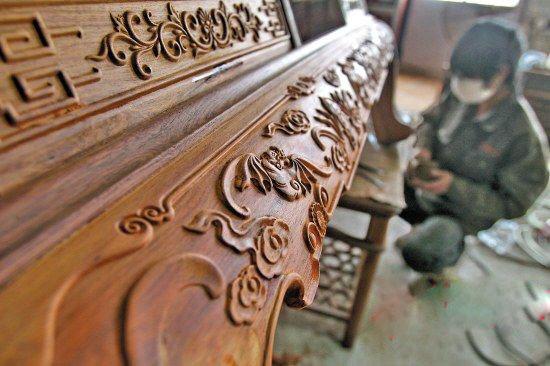 红木家具生产车间里,拼装工